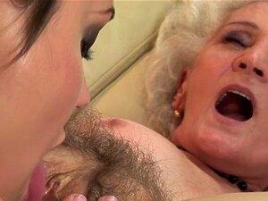 Vovó com velha vagina peluda fode menina