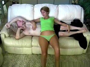 Sexo caseiro no sofá, mulher deitada no sofá e o