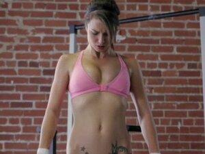 Desportiva lésbica seduz gata na Academia