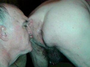 O velho maricas Chupa beijos e lambe o rabo dos