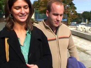 Morena dois homens fodida em um canteiro