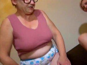 Vovó OldNanny madura se masturba com vibrador