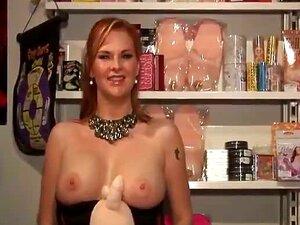 A stripper de Busty parece boa na sex shop