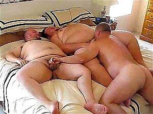 Gays gordos chupando pau em um sexo a três