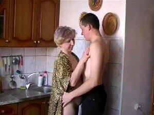 Mães russas Irina - fazendo sexo na cozinha