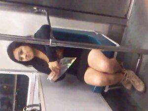 Pirenas de jovencita en el metro, al subir al