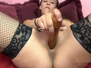 Horny babe Nicci Taylor lifts her dress and fucks