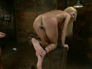 Nika Noire plays BDSM games with Victoria White in