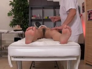 Asian slut plays with a big rod in kinky massage