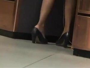 Candid shoeplay - dipping by airport babe, Sexy