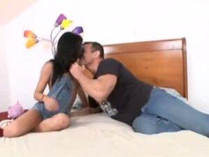 Una jovencita en la cama con un hombre maduro
