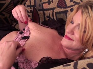 Saggy tits mature chick gets busy with her dildo -