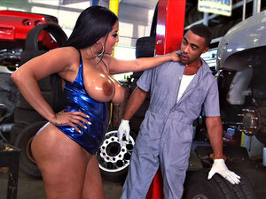 Kiara Mia seducing the mechanic and sucking his