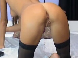 Cute Camgirl Spreads her Legs and Masturbates