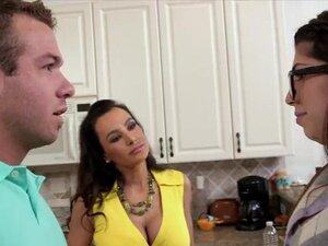Stepmom Lisa and Avas pussys threesome sex in