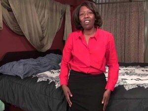 Ebony mature Amanda works her old pussy
