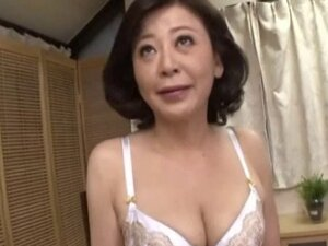 Moms need to cum too so this Asian MILF fingers