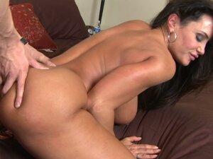 Curvy MILF Lisa Ann gets poked hard by Criss