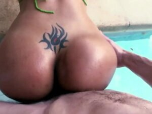 Huge Colombian ass Rianna pounded in the pool