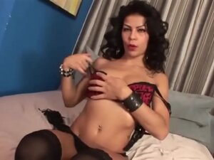 Brunette Amateur in lingerie masturbate cunt till