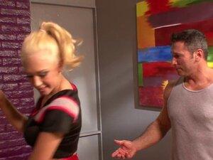 Kagney Linn Karter pole dance seduces her