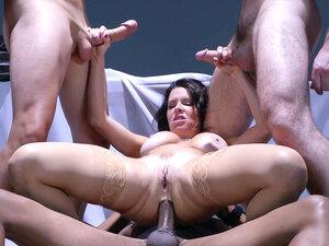 Nutbuster Veronica Avluv anally rides black dick