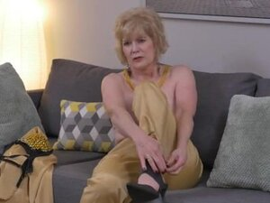 American gilf Sindee Dix strips off and rubs one