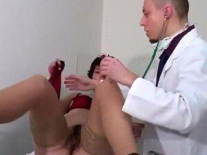 Un gynécologue et son assistant examine à fond