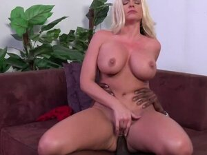 Hot chick masturbates with porn on her laptop as